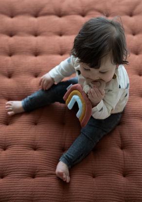"""Εικόνα της Υφασμάτινο παιχνίδι με ξύλινο κρίκο """"Ουράνιο τόξο"""" Little Dutch"""